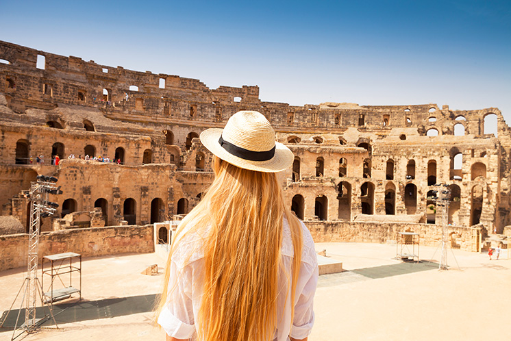 Touristin im El Djem-Theater in Tunesien